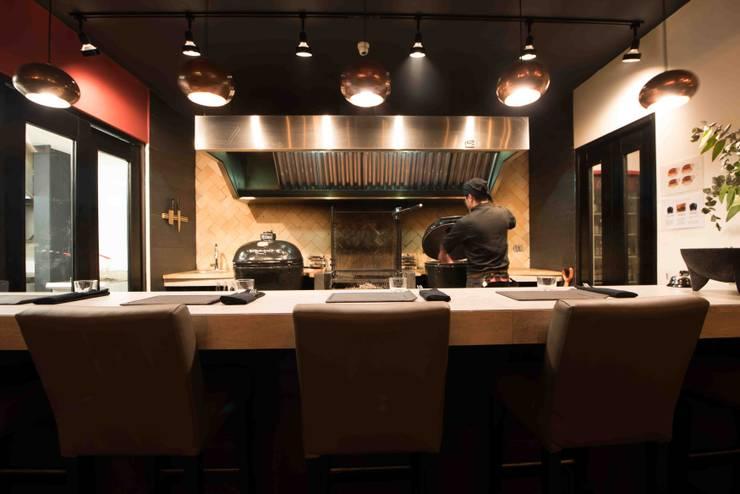 Grill: Restaurantes de estilo  por Segovia ARQ