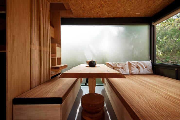Phòng ngủ by FAMWOOD 自然紅屋