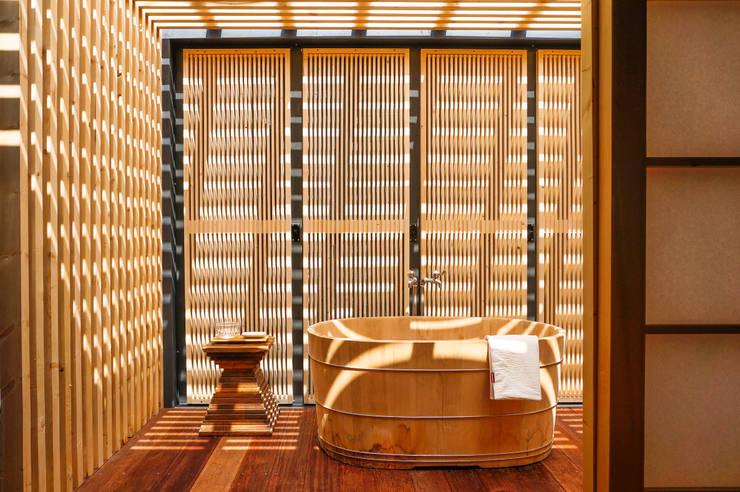 classic Bathroom by FAMWOOD 自然紅屋