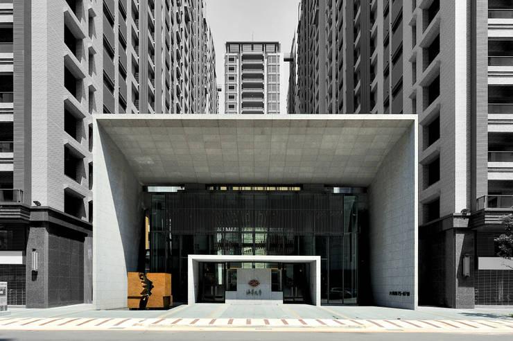 高12.8米寬21.4米的會館西向主入口立面:   by Arcadian Design 冶鑄設計