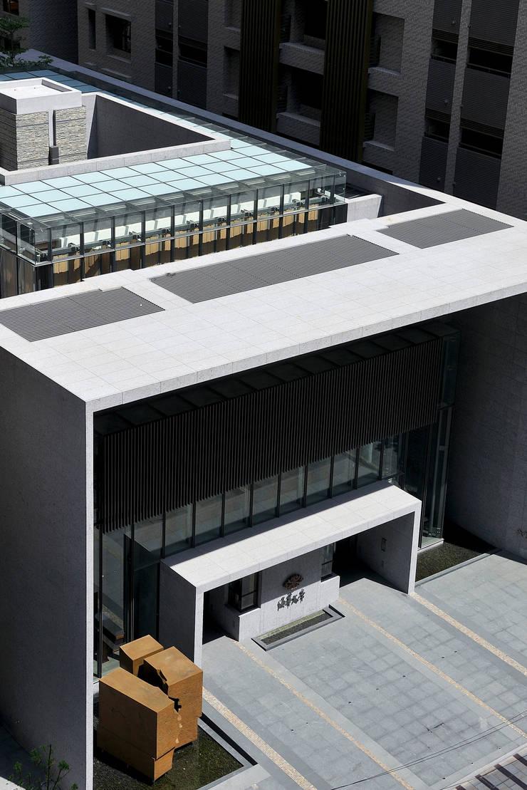 玻璃與石材量體相互嵌卡形成的建築造型:   by Arcadian Design 冶鑄設計
