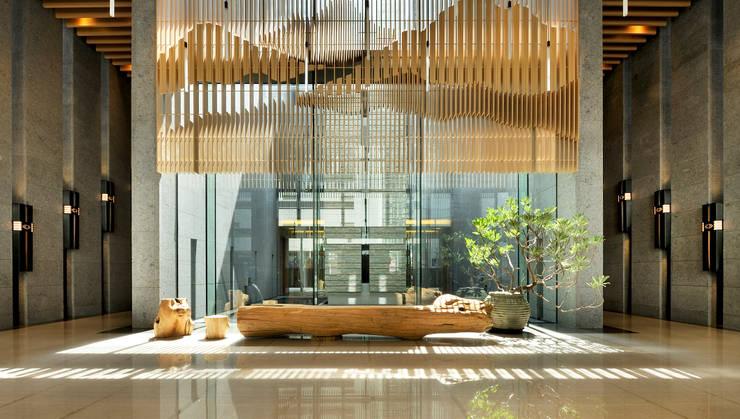 穿越水庭進入大廳的晨間日光:   by Arcadian Design 冶鑄設計