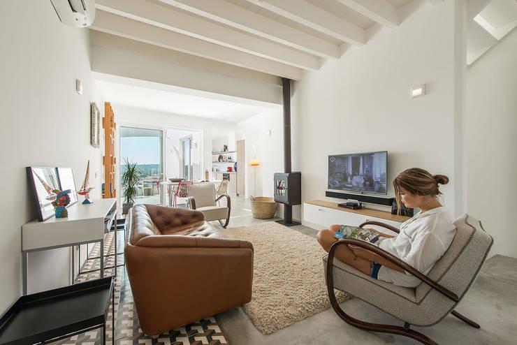 Salas de estilo minimalista por studioarte