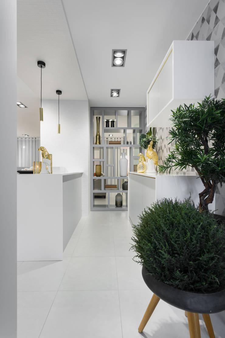 Urban Glam House: Cozinhas  por ÀS DUAS POR TRÊS