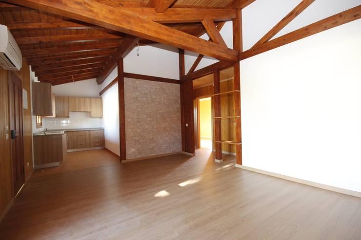Celebração da Madeira: Salas de estar  por ECOSITANA - Casas de Madeira Portugal