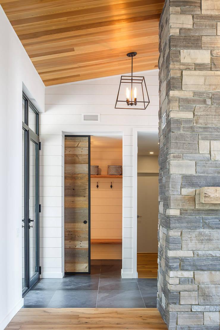 Lac St. Sixte Summer Residence:  Corridor & hallway by Flynn Architect