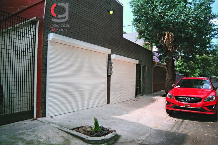 PERSIANA EUROPEA GAVIOTA DE SEGURIDAD ALUMINIO EXTRUSION PARA GARAJES: Garajes de estilo  por HLA181026V73