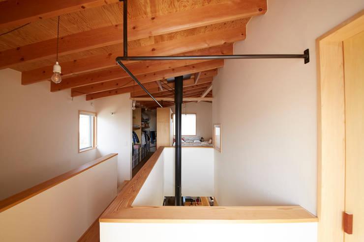 Pasillos y vestíbulos de estilo  de 一級建築士事務所co-designstudio