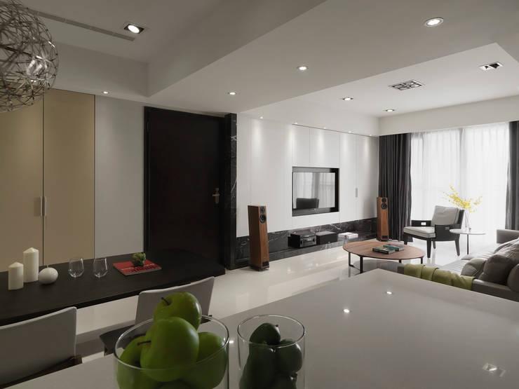 Living room by 夏沐森山設計整合