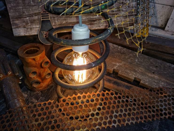 Lampara Industrial espiral Automovil Foco Edison: Arte de estilo  por Lamparas Vintage Vieja Eddie