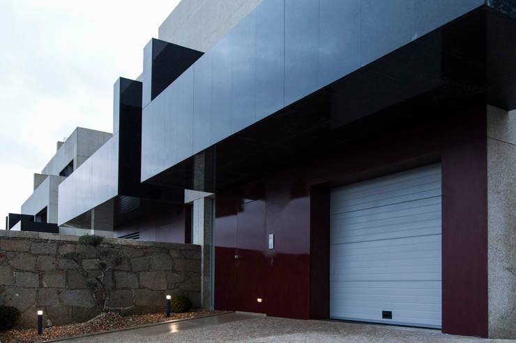 Empreendimento LUZIA VILLAS | Edifício Multifamiliar: Casas  por Valdemar Coutinho Arquitectos