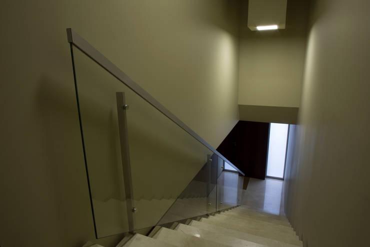 Empreendimento LUZIA VILLAS | Edifício Multifamiliar: Corredores e halls de entrada  por Valdemar Coutinho Arquitectos