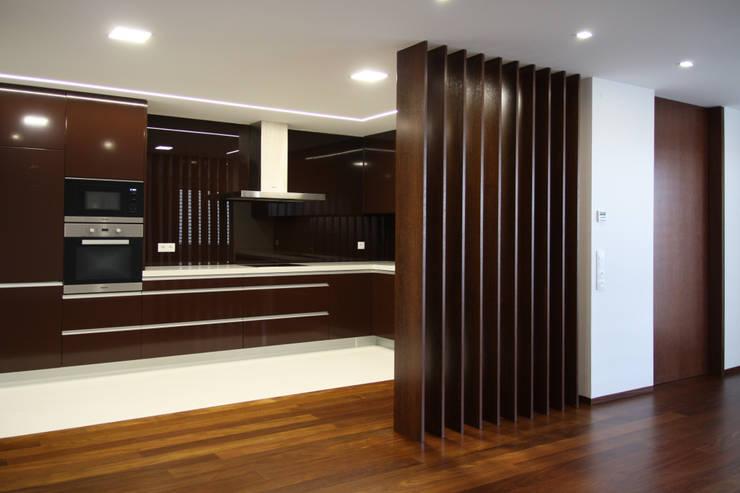 Empreendimento LUZIA VILLAS | Edifício Multifamiliar: Cozinhas  por Valdemar Coutinho Arquitectos