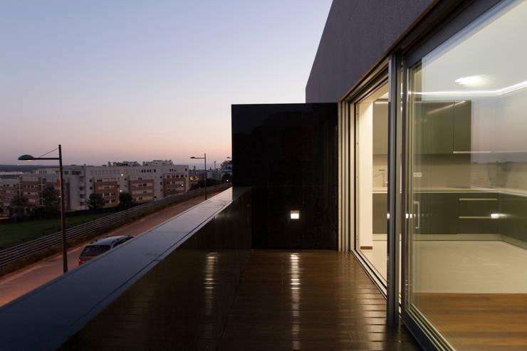Empreendimento LUZIA VILLAS | Edifício Multifamiliar: Terraços  por Valdemar Coutinho Arquitectos