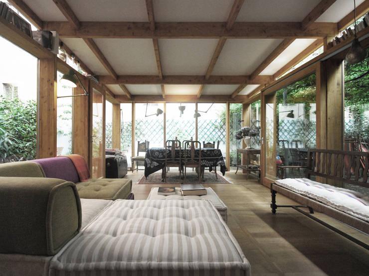ariberto: Sala da pranzo in stile  di andrea borri architetti,