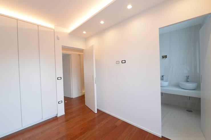 Dormitorios de estilo moderno por yesHome