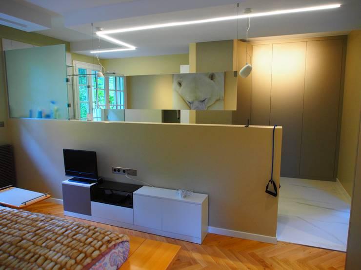 Lamorlaye (rénovation de maison): Chambre de style  par deSYgn by JM2