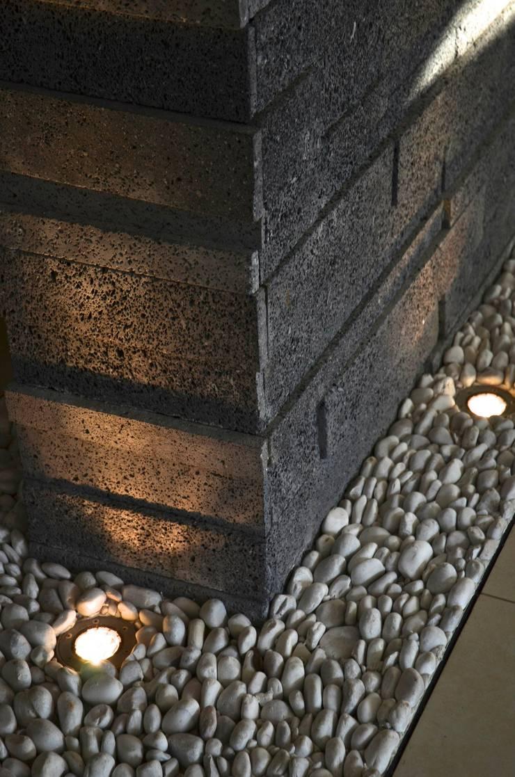 RESIDENCIA SAVOTINO: Paredes de estilo  por TREVINO.CHABRAND | Architectural Studio