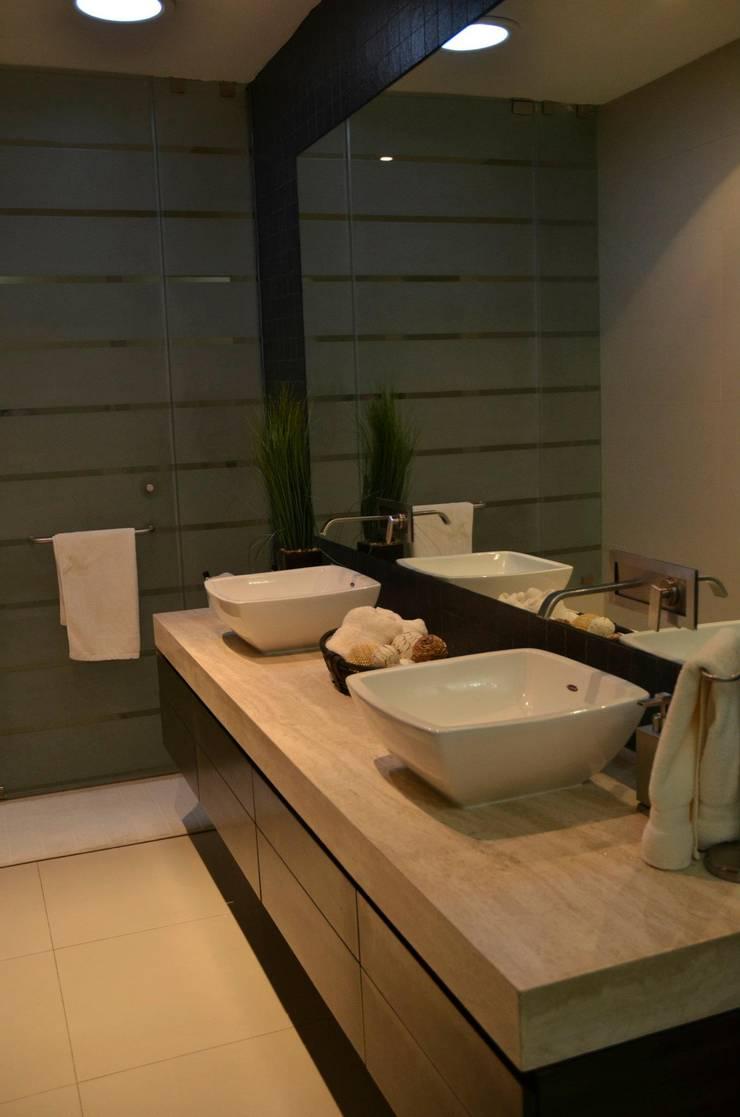 RESIDENCIA SAVOTINO: Baños de estilo  por TREVINO.CHABRAND | Architectural Studio