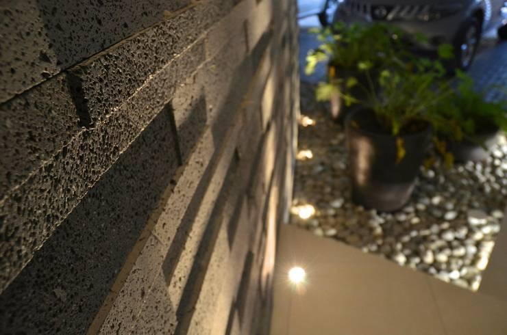 RESIDENCIA SAVOTINO: Paredes de estilo  por TREVINO.CHABRAND   Architectural Studio