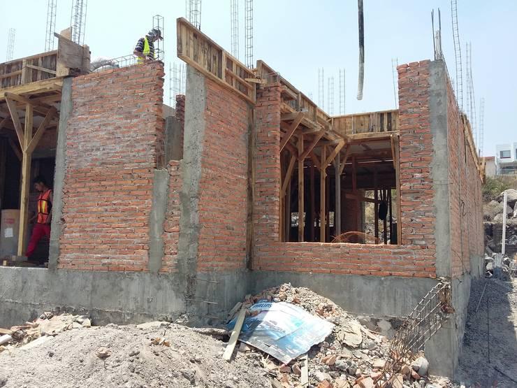 PROCESO CONSTRUCCION CASA :  de estilo  por RyR Constructora