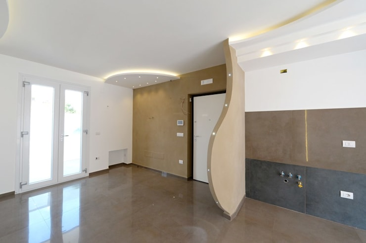 CASA GOELDLIN: Ingresso & Corridoio in stile  di yesHome