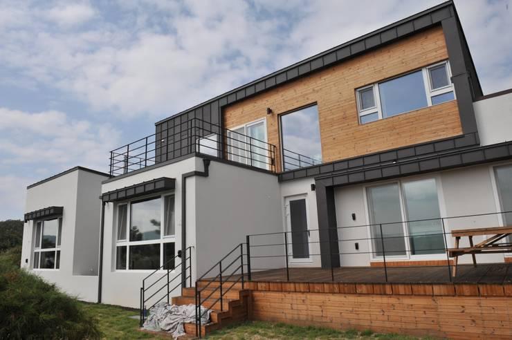 내량리 주택: ZIUM ARCHITECTURE & INTERIOR DESIGN의  주택