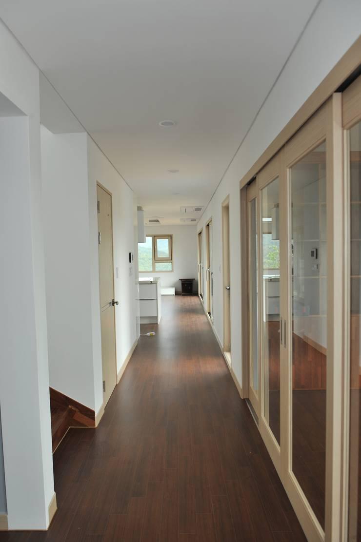 내량리 주택: ZIUM ARCHITECTURE & INTERIOR DESIGN의  복도 & 현관