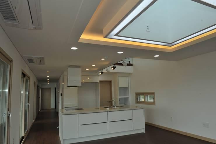 내량리 주택: ZIUM ARCHITECTURE & INTERIOR DESIGN의  주방