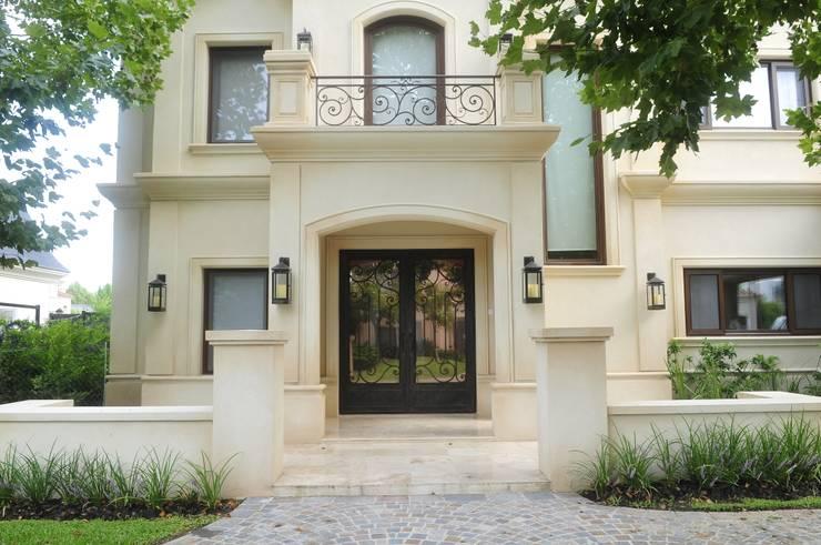 Puerta de acceso principal: Casas de estilo  por DEL HIERRO DESIGN