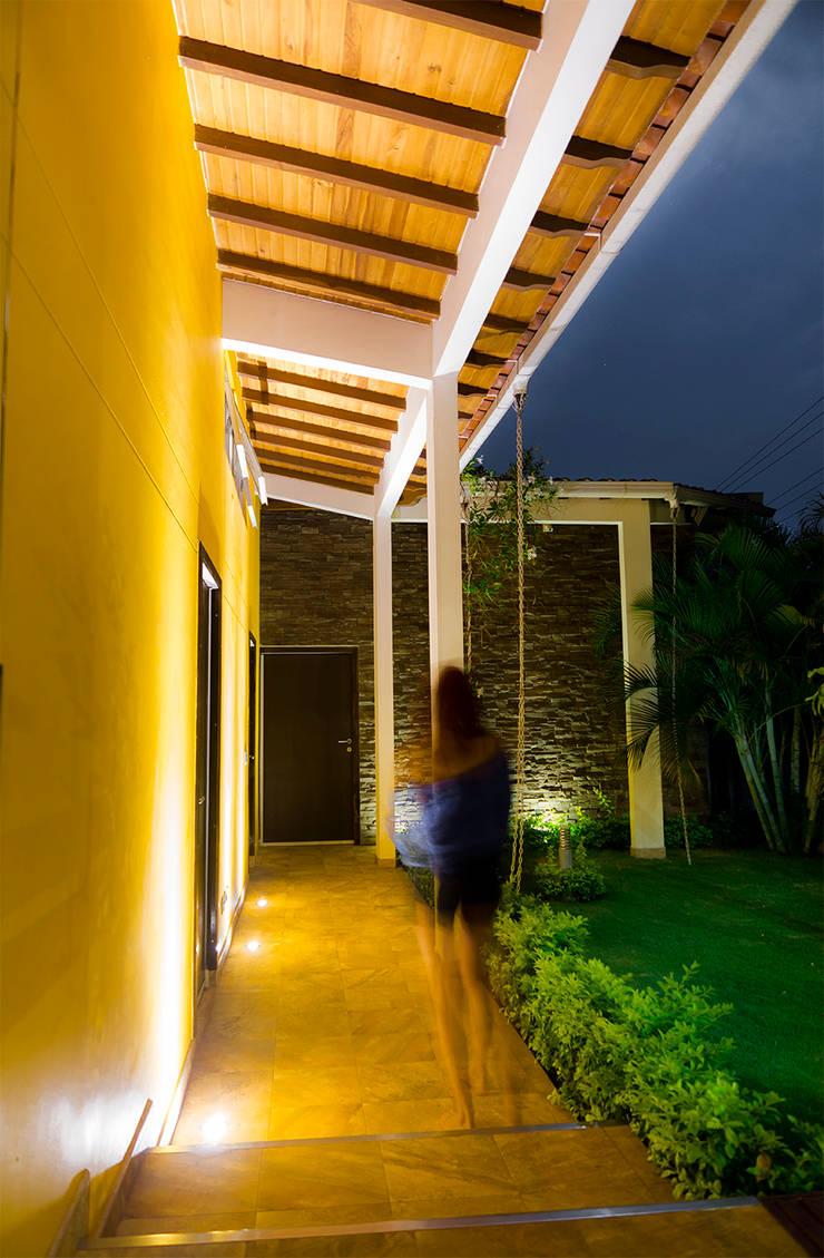 Pasillo Exterior : Pasillos y vestíbulos de estilo  por Arquitectura Positiva