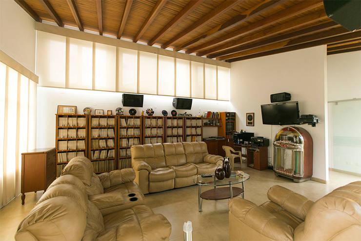Sala: Salas de estilo tropical por Arquitectura Positiva