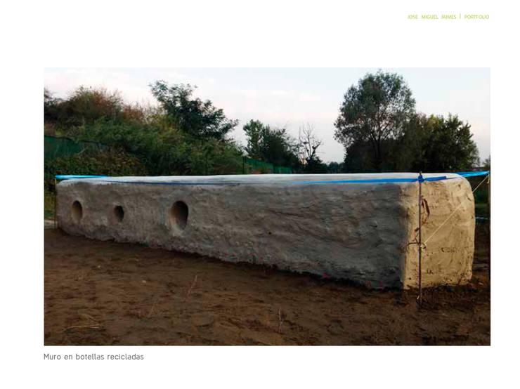 Terminado de muro con botellas plásticas : Jardín de estilo  por Arquitectura Positiva