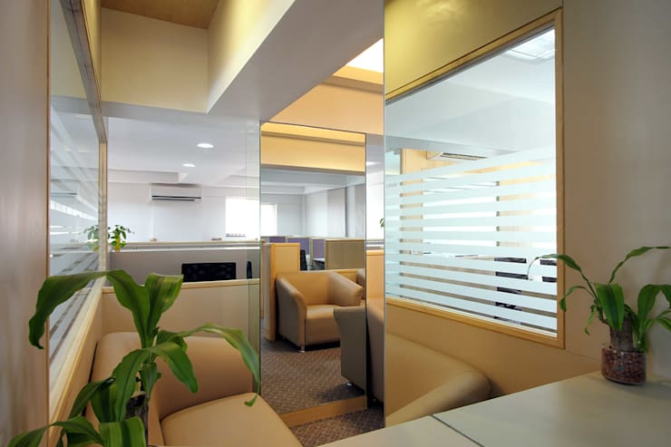 AN OFFICE:  Commercial Spaces by Sudhir Diwan and Associate