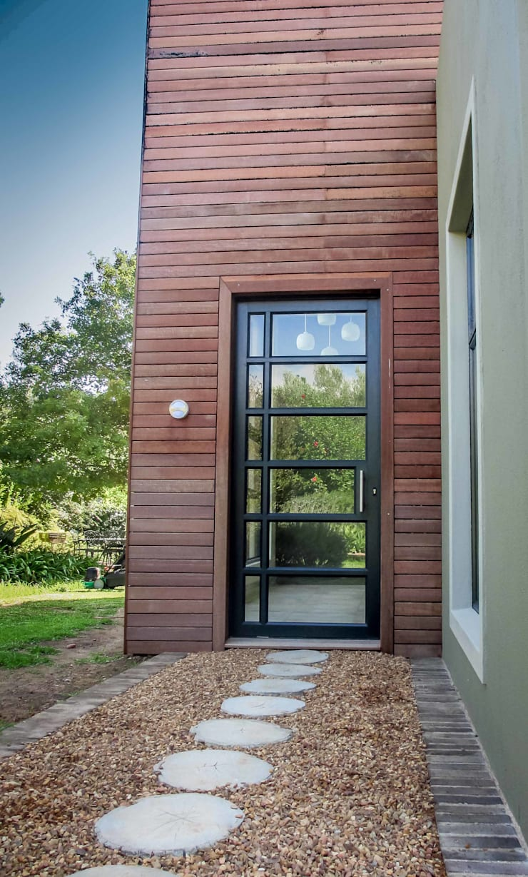 Front Door Entrance:  Houses by WHO DID IT, Modern Solid Wood Multicolored