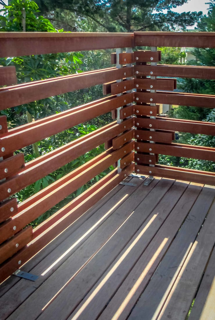 Balustrade Detail:  Patios by WHO DID IT, Modern Solid Wood Multicolored