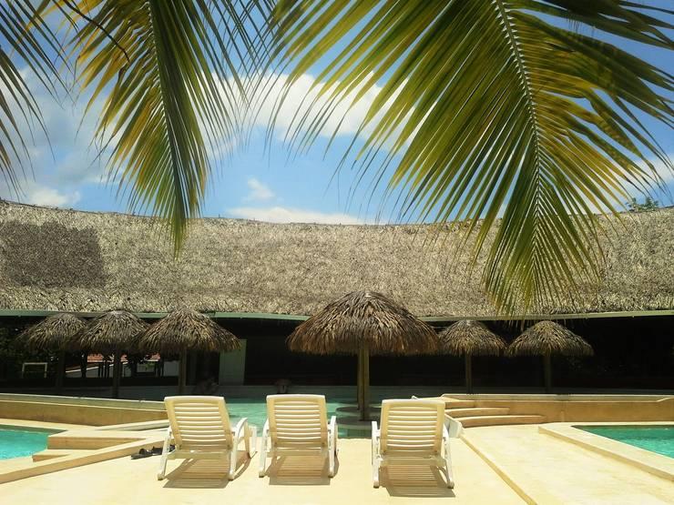 Cabañas Ecologicas: Casas de estilo  por palma y madera.com, Tropical