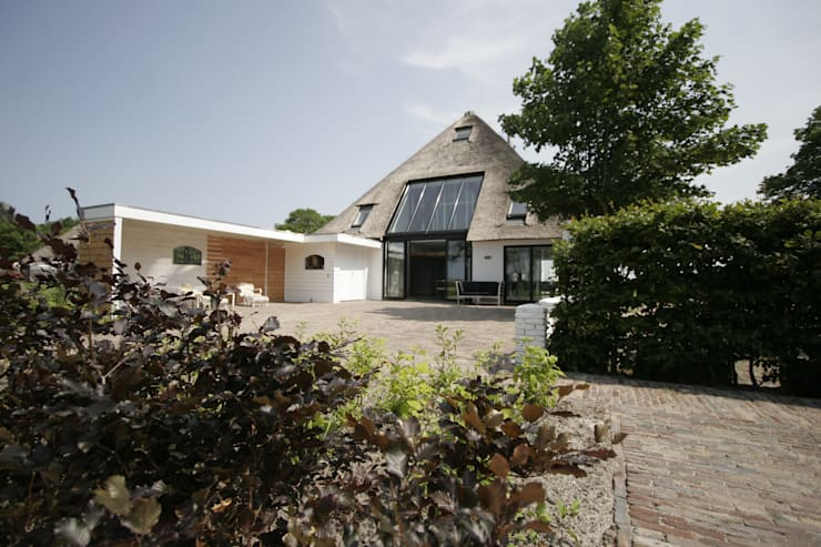 Country style house by Van der Schoot Architecten bv BNA Country Wood Wood effect