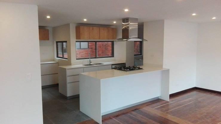 Apartamento en Bogota: Cocinas de estilo  por estudio unouno, Moderno