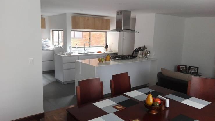 Apartamento en Bogota: Comedores de estilo  por estudio unouno, Moderno
