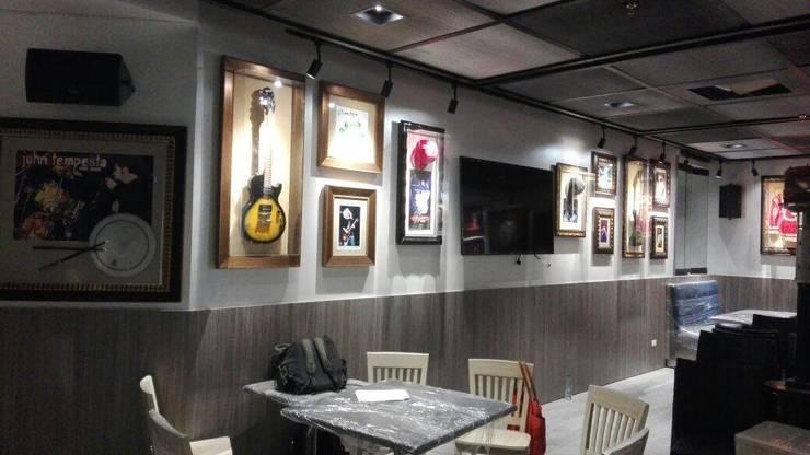 Hard Rock Cafe Bogota: Paredes de estilo  por estudio unouno