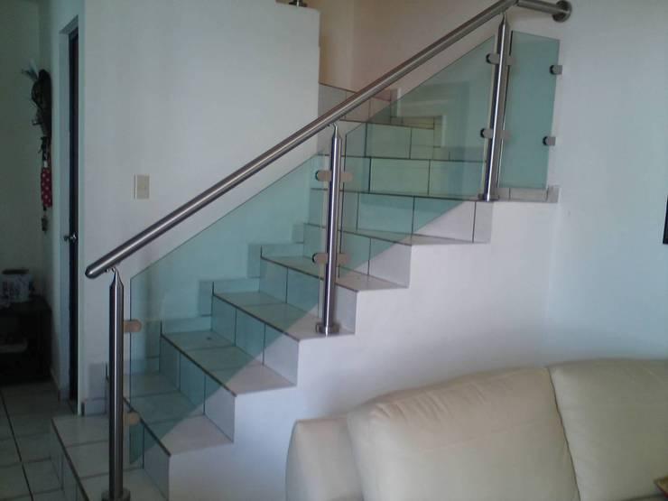 Escaleras: Pasillos y recibidores de estilo  por ORO ARQUITECTURA