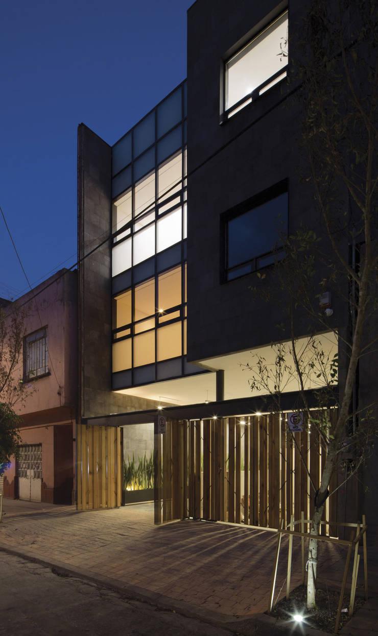 P49: Casas de estilo  por Taller Plan A