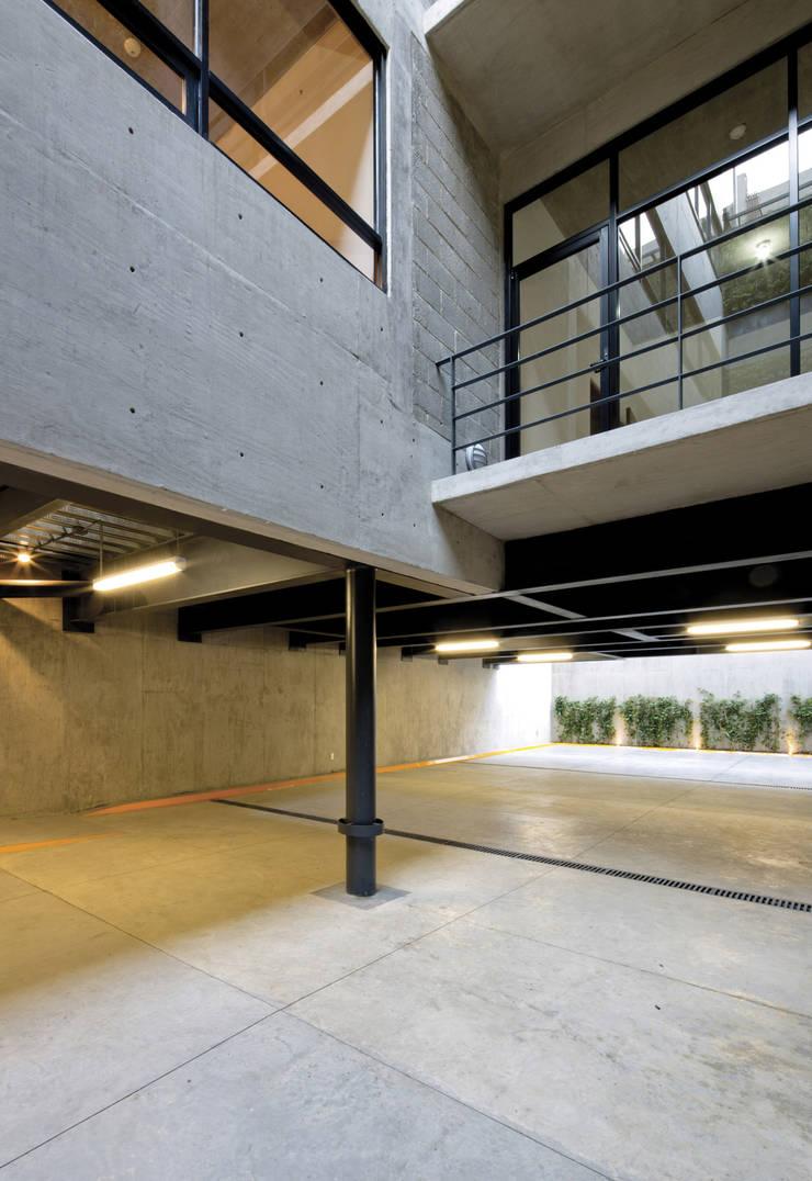 P49: Garajes de estilo  por Taller Plan A