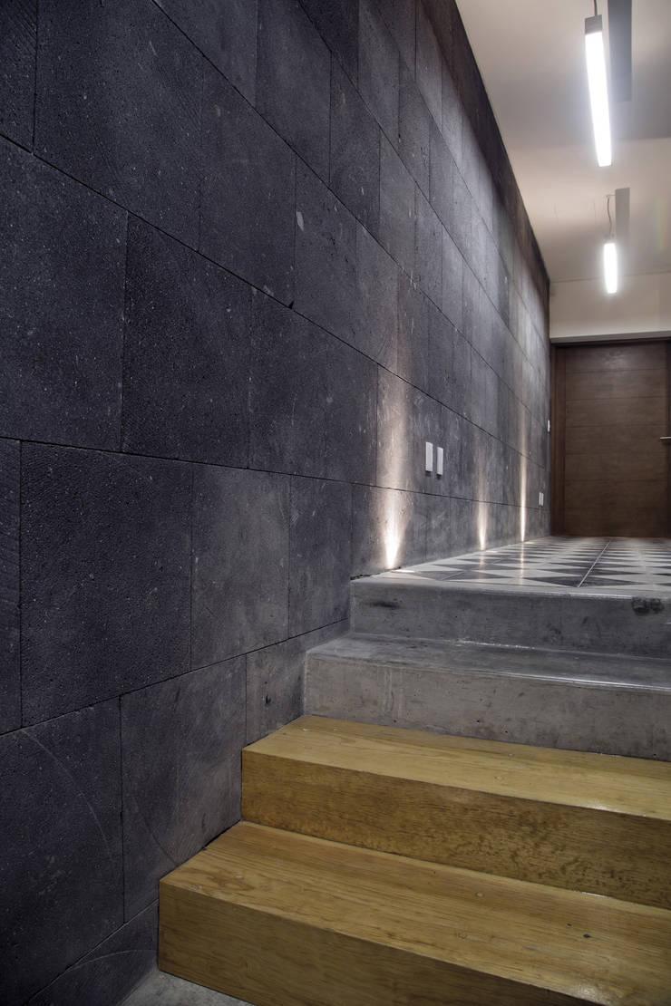 P49: Pasillos y recibidores de estilo  por Taller Plan A