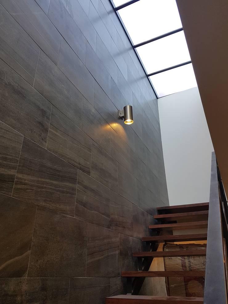 casa.xalapa: Pasillos y recibidores de estilo  por bmas arquitectura