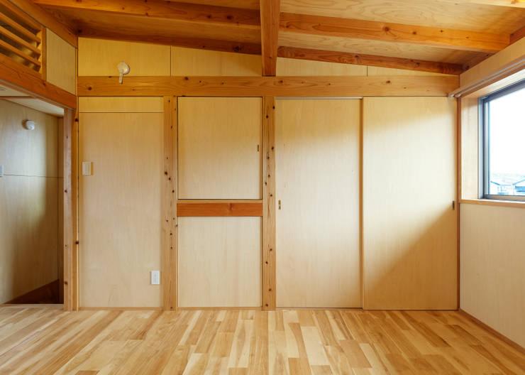 寝室: 磯村建築設計事務所が手掛けた寝室です。