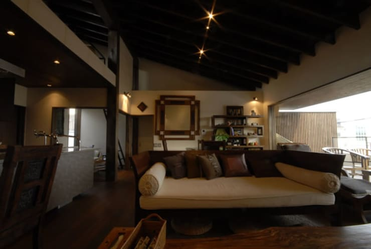 風の家のリビング: 森村厚建築設計事務所が手掛けたリビングです。,和風 無垢材 多色
