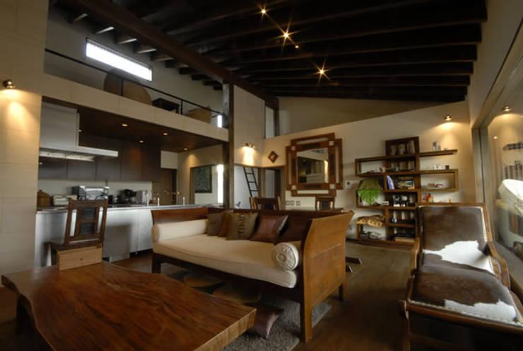 風の家のリビングスペース: 森村厚建築設計事務所が手掛けたリビングです。,和風 無垢材 多色