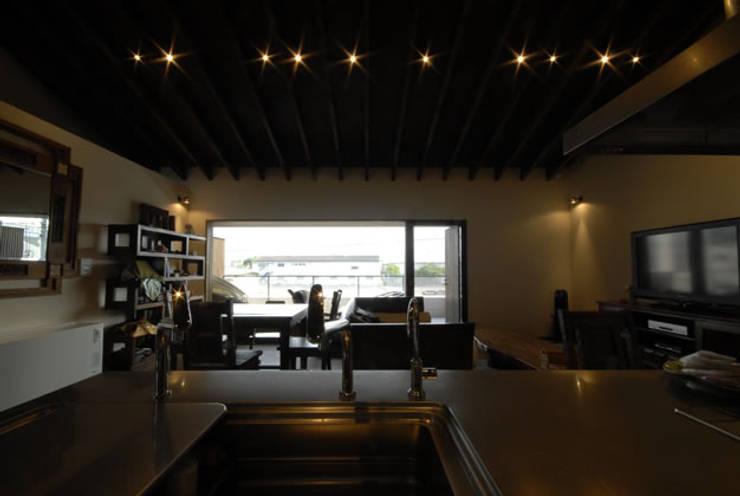 風の家のリビングスペース: 森村厚建築設計事務所が手掛けたキッチンです。,和風 無垢材 多色